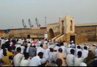 صلاة العيد في مسجد الصحابة بمصوع….صورة للتحدي في مواجهة تغيير معالم المدينة